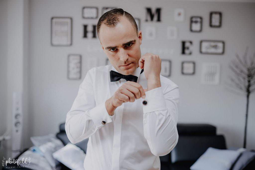 fotografia ślubna przygotowania do ślubu Pan Młody